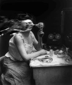 Las postales animadas de Bill Domonkos elevan el formato GIF a otro nivel introduciendo referencias al cine clásico, al fotomontaje y al col...