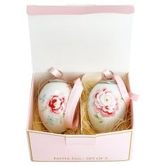 The decorative GreenGate Meryl White Easter egg set of two will brighten up your Easter décor. The eggs are made of porcelain and there is a pink. Pretty Flowers, Pretty In Pink, Tapas, Collections D'objets, Pink Gift Box, Easter Wreaths, Easter Gift, White Patterns, Flower Designs