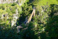 Pasarela de Holzarté. Francia  Para vivir una experiencia realmente vertiginosa merece la pena hacer esta ruta que lleva hasta esta pasarela que cuelga a 150 metros de altura sobre el rio Larrau.