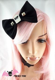 Barrette Nu Goth R.I.P disponible dans la boutique en ligne FREAKY PINK. Création fait-main.