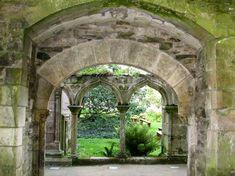Entrée du cloître à partir de l'église abbatiale: abbaye de Beauport (Bretagne)