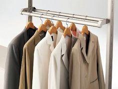 奥行きが60cmを超える深いスペースは、ハンガーを2列にすれば効率アップ。よく着る服は手前に、そうでもないものは奥に吊るして。