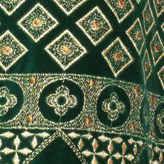 Sehr schönes, edles Trachtenkostüm einem aus grünem Samt mit goldener Stickerei Es besteht aus einem schmalen Rock und der passenden Jacke mit langen Ärmeln und hübschem Schößchen.  Beide Teile...