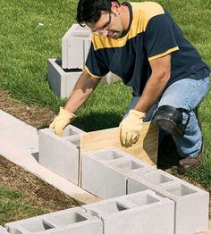 betonblock garten Every great home improvement plan starts with the basics. Learn how to set a solid base for a concrete block wall and lay out a strong foundation. Concrete Block Retaining Wall, Diy Retaining Wall, Backyard Retaining Walls, Building A Retaining Wall, Concrete Block Walls, Cinder Block Walls, Concrete Footings, Sloped Backyard, Building A Shed