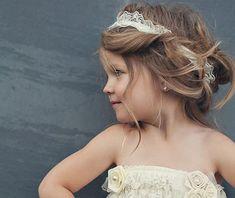 Penteados para daminhas de casamento O post de hoje é exclusivo para as noivas que estão cuidando de todos os detalhes do casamento, inclusive do penteado da daminha, porém espero que também ajude as mamães dessas fofuras que encantam os casamentos....