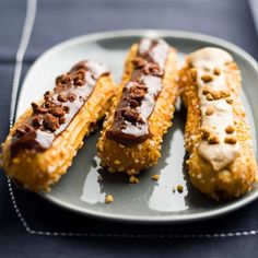 Discover our quick and easy recipe of Eratratable Chocolate Eclair on Cuisine Actuelle! Eclairs, Mini Desserts, Dessert Recipes, Tienda Natural, Patisserie Fine, Classic French Desserts, Romantic Desserts, Choux Pastry, French Pastries