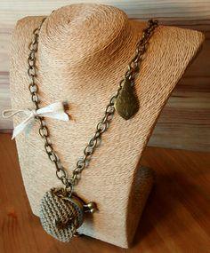 Collar largo con monederito color tierra en crochet