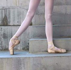 Image discovered by Ballet. Ballerina Feet, Ballet Feet, Dancers Feet, Ballet Dancers, Ballet Pictures, Dance Pictures, Ballerinas, Pointe Shoes, Ballet Shoes