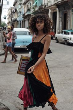 Top model Anais Mali brings a heat wave to Havana, styled by Sara Fernandez in sizzling, skin-baring looks in 'Bienvenida Cuba'. Photographer Benny Horne captures Cuba's warm spirit for Vogue Spain March Hair by Mark Hampton; makeup by Emi Kaneko Look Girl, Looks Street Style, Mode Boho, Mode Editorials, Fashion Editorials, Vintage Mode, Mode Outfits, Look Fashion, Fashion News