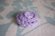 Using a similar technique as the no-sew rose , this flower is a clean spiral, great for making a few into a headband or decorating a hat. Form Crochet, Crochet Flower Patterns, Crochet Flowers, Fabric Flowers, Crochet Hooks, Knitting Patterns, Crochet Ideas, Crochet Tutorials, Crochet Embellishments