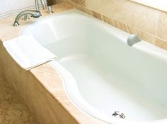 Nicht nur durch regelmäßigen Gebrauch, sondern auch durch Staub verdrecken Badewannen mit der Zeit. So entfernen Sie Verfärbungen und Schmutz.
