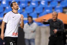 Com dois de Douglas, Corinthians faz 3 a 0 no Flamengo
