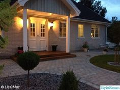 utebelysning farstukvist entré Home Focus, Outdoor Rooms, Outdoor Decor, Nordic Home, Front Entrances, House Goals, Yard Landscaping, Landscape Design, Cottage