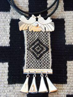 """La obra """"Mestizaje: Transformaciones para recrear la Artesanía tradicional"""" reúne la creación de un grupo de maestros artesanos, quiénes ... Knot Braid, Aboriginal Art, Weaving Techniques, Casket, Bead Weaving, Fiber Art, Macrame, Jewerly, Jewelry Making"""