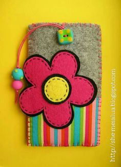 lindo Foam Crafts, Fabric Crafts, Sewing Crafts, Sewing Projects, Felt Case, Felt Pouch, Felt Flowers, Fabric Flowers, Felt Phone Cover