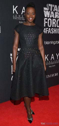 Люпита Нионго в черном платье от модельера Зака Позена на Star Wars «Force 4 Fashion» в выставочном центре Skylight Modern (Нью-Йорк).