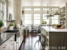 Gran cocina en tonos neutros | Traditional Home