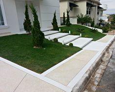 Pisadas em branco, calçada com mesclado e faixas em branco. Side Porch, Front Porch, Outdoor Stairs, Facade House, Front Yard Landscaping, Pathways, Beach House, Landscape, House Entrance
