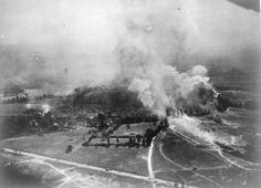 Épaisses colonnes de fumée et le feu de bombes lâchées par la Royal Air Force de Halifax et un avion Lancaster dans un raid aérien sur les positions allemandes à Falaise.
