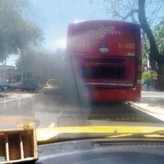La Unidad 026 del Pretren cuando arrancaba en cada semáforo aventaba todo el humo negro a los vehículos que estaban atrás. ¿Cómo es posible que el Gobierno exija traer los carros bien afinados y verificados? Foto del Reportero Ciudadano Alfonso Zamora Hernández.