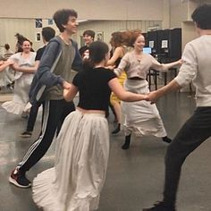 Anne with an E ensaio da dança behind the scenes Gilbert Blythe, Amybeth Mcnulty, Gilbert And Anne, Anne White, Supergirl, Anne With An E, Anne Shirley, Cuthbert, Pride And Prejudice
