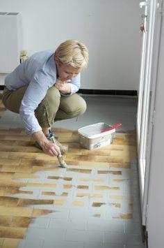 Repeindre le carrelage au sol d'une cuisine : tuto en images - Côté Maison Kitchen Room Design, Home Staging, Kids Rugs, House, Centre, Home Decor, Table, Houses, Curtains