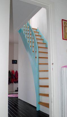 Mooie trap met witte stootborden. Mooie zwarte vloer in de gang. Blauwe leuning gewoon wit?