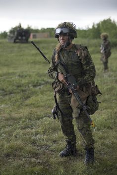 United States Army soldiers from the Battalion, Infantry Regiment, 'A' Company, platoon, patrolling alongside Canadian Army soldiers from The Loyal Edmonton Regiment during Exercise MAPLE. Canadian Soldiers, Canadian Army, Female Soldier, Army Soldier, Military Units, Military Uniforms, Fast Sports Cars, Military Women, Gi Joe