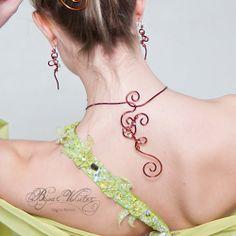 Fermoir de collier original qui tombe dans le dos de la mariée, ici en fil de cuivre émaillé et belles volutes (spirales) avec perles. A commander, modèle Fermoir de collier Greta