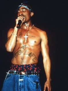 Retired Las Vegas cop Chris Carroll says a viral picture purporting to prove that Tupac Shakur did not die 20 years ago this weekend is false - because he saw the rapper's life slip away. Janet Jackson, Snoop Dogg, Hip Hop 90, Tupac Birthday, Martin Luther King, Tupac Wallpaper, Tupac Pictures, Tupac Photos, Wall Pictures