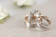 Set de bodas: Argolla de caballero combinada en oro blanco y rosa. Argolla de dama fabricada en oro blanco y rosa con diamantes. Anillo de compromiso de tres diamantes, fabricado en oro blanco.