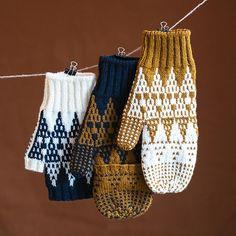 Ravelry Knitting Ravelry: Dipyramitts pattern by Emily Greene Fingerless Mittens, Knit Mittens, Knitted Gloves, Knitted Blankets, Loom Knitting, Knitting Patterns Free, Baby Knitting, Crochet Patterns, Crochet Girls