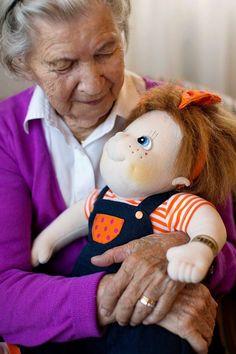 """Deze Rubens Barn pop heeft een uniek karakter en een zeer sprekende uitdrukking. De kracht van de poppen is dat alle sensorische kanalen worden aangesproken. Deze unieke poppen staan voor comfort, veiligheid en vriendschap en roepen warme gevoelens op. """"Empathy Dolls"""" kunnen ook gebruikt worden op scholen, in ziekenhuizen en in woon- en zorg centra m.b.t. het inlevingsvermogen van zowel jongere als oudere mensen (denk hierbij aan down syndroom, autisme en dementie)."""