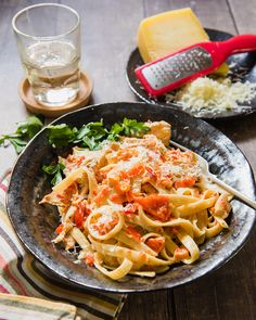 For an easy chicken pasta recipe the whole family will enjoy? This indulgent Creamy Chicken Pasta with a Sweet Piquanté Pepper Sauce is ready in 40 min. Pasta Sauce Recipes, Chicken Pasta Recipes, Soup Recipes, Salad Recipes, Dinner Recipes, Creamy Chicken Pasta, Whole 30 Recipes, Pumpkin Recipes, How To Cook Pasta