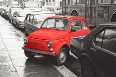 Cinquecento, Roma 1989, © Remo Fella / Schon der erste Fiat 500, Topolino genannt, schrieb Geschichte. Fiat wurde von Walt Disney verklagt, weil das Produkt den gleichen Namen wie die Mickey Maus trug. Die Amerikaner bekamen nicht Recht, weil die Italiener nachweisen konnten, dass das Automodell nie offiziell Topolino hiess, sondern von seinen Fans so genannt wurde. Der heute viel bekanntere 500, in Italien übrigens weiblich La Cinquecento genannt, machte die Italiener…