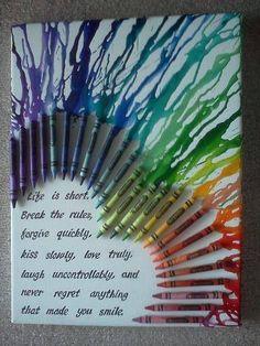 Einfach mit Heißkleber Crayola Wachsmalstifte auf einer Leinwand befestigen, die Enden mit einem Fön erhitzen und verlaufen lassen.