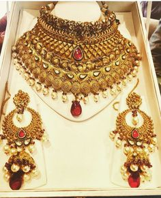 Jewelry OFF! Saved by radhareddy garisa Antique Jewellery Designs, Gold Jewellery Design, Gold Jewelry, Jewelery, Indian Jewelry Sets, Indian Wedding Jewelry, Bridal Jewelry Vintage, Bridal Jewelry Sets, Bridal Jewellery Inspiration