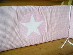 Dieses Nestchen in herrlichem rosa Vichy-Karo mit appliziertem weißem Stern ist ein idealer Schutz für kleine Säuglingsköpfchen, damit sie keine Zuglu