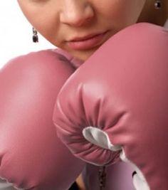 """O mundo fitness feminino está cada vez mais amplo, as mulheres estão quebrando o tabu de que """"somente os homens podem praticar esportes mais pesados"""". O MMA é um esporte intenso que combina diversos tipos de luta como, muay thai, jiu jitsu e capoeira, e já esta fazendo sucesso entre as mulheres. Com uma maior visibilidade do esporte através da mídia, principalmente da televisão, o MMA está mais aberto para as mulheres que desejam manter a forma! """