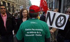 'A mí me duele la universidad : cientos de personas recorren el centro de Madrid contra los recortes y las subidas de tasas : los rectores, invitados por los convocantes, no acuden / @pilaralvarezm @el_pais_madrid   #universidadencrisis