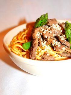Pour varier, ce wok de bœuf peut devenir un wok de dinde, voire même de gambas ou de coques ! Quant aux légumes, adaptez-les en fonction du marché, tout ce qui est vert, croquant et de saison fera l'affaire : petits pois, mange-tout, courgettes, oignons...