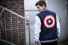 Captain America ist DER Superheld aus dem Marvel Universum – er bringt das Gute zurück in die Welt und steht für das rechtschaffende Bild der USA. Du bist Fan des smarten Gegners von allem Schlechten, insbesondere den Nazis? Dann zeig das mit der College-Jacke, die das Logo auf der Brust und noch einmal groß auf dem Rücken aufgedruckt hat. #captainamerica #empstyle