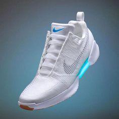 CRAZY! Schuh, dessen Schnürsenkel sich selbst zubinden – elektrisch! Integrierte Sensoren erkennen, wann sich der Fuß in dem Schuh befindet. Dies setzt kleine Spulen in Gang, die den Schnürsenkel festziehen. Über zwei an der Seite des Sneakers angebrachte Tasten lässt sich der Schnürsenkel je nach Bedarf nachjustieren. Dazu sind die Schuhe auch noch an der Sohle beleuchtet - müssen alle zwei Wochen an die Steckdose. Ab Weihnachten 2016 gibt die Nike HyperAdapt 1.0 in Weiß oder Schwarz