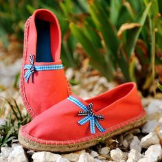 Diy : My espadrilles are vintage! Sock Shoes, Slip On Shoes, Shoe Boots, Shoes Sandals, Espadrilles, Diy Vetement, Embellished Shoes, Creation Couture, How To Make Shoes