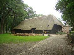Steenbergen (bij Zuidwolde) boerderij van lubbert linde Old Farm Houses, Modern Buildings, Netherlands, Holland, Beautiful Homes, Barn, Country Roads, Farmhouse, Cottages