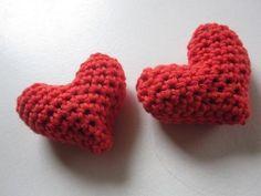 ByCGundersen Handmade: Gratis hækleopskrift på fyldte julehjerter Crochet Apple, Crochet Fruit, Crochet Baby, Crochet Angels, Crochet Stars, Drops Design, Boy Or Girl, Free Pattern, Baby Shoes