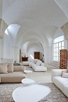 Soggiorno moderno in ambiente rustico con arredi dai toni naturali - ristrutturazione casa antica