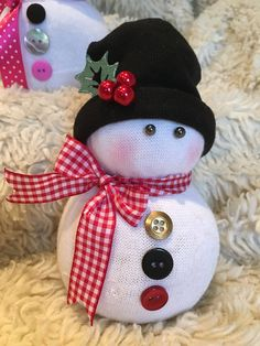 Brilliant diy snowman craft ideas for amazing christmas 00 00020 Sock Snowman Craft, Snowman Hat, Sock Crafts, Snowman Crafts, Snowman Wreath, Fabric Ornaments, Diy Christmas Ornaments, Christmas Snowman, Christmas Projects