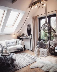 Verpasse Deinem Zuhause ein leuchtendes Upgrade! Die LED-Lichterkette Optika sieht nicht nur super atmosphärisch aus, sondern bringt auch Dich selbst zum Strahlen. Ein Wohnaccessoire mit dem gewissen Etwas! // Wohnzimmer Dekorieren Ideen DekoIdeen Wanddeko Lichterkette Hängesessel Decken Plaid Sofa Teppich Deko Chunky #WohnzimmerIdeen #Wohnzimmer #Lichterkette #Deko #DekoIdeen @marzena.marideko