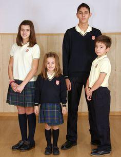 Uniforme escolar:      Falda escocesa, según diseño (Femenino).     Pantalón azul marino (Masculino).     Camisa polo amarilla, modelo del Colegio.     Jersey azul marino, modelo del Colegio.     Calcetería azul marino.     Zapatos azul marino o negros
